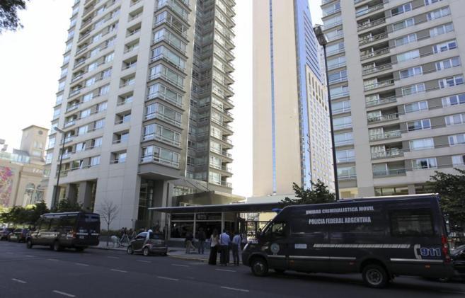 Miembros de la policía argentina, en el apartamento en el que murió...