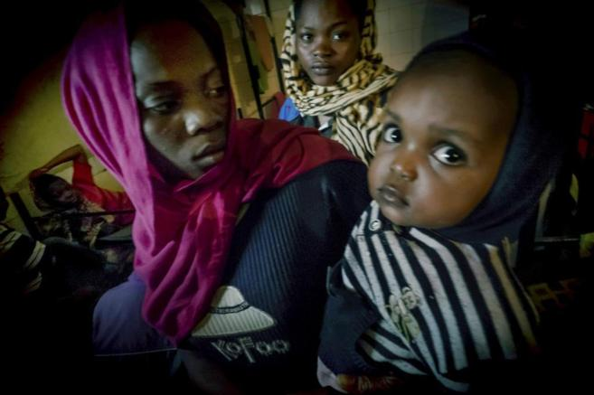 Una inmigrante, con su hijo, en el centro de detención para mujeres...