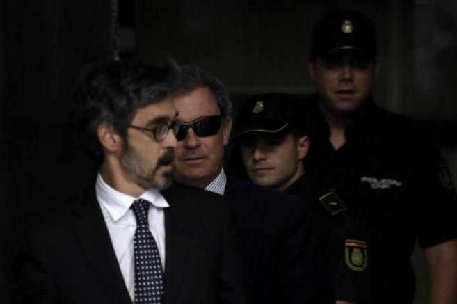 Jordi Pujol Ferrusola, con gafas de sol detrás de su abogado,...