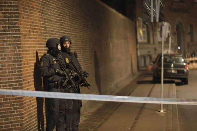 Las fuerzas especiales danesas patrullan la zona del tiroteo.