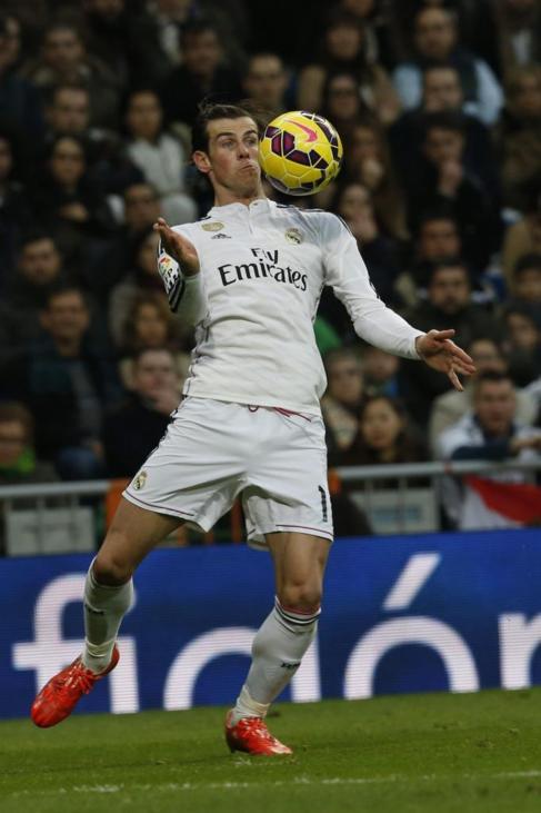 Bale controla el balón, durante el partido ante el Depor.