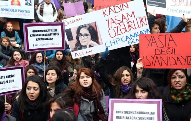 Mujeres turcas en una protesta por el asesinato de Ozgecan Aslan.