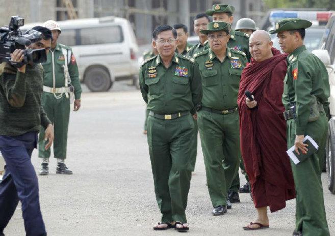 El general Min Aung Hlaing (centro), con otros militares a su llegada...