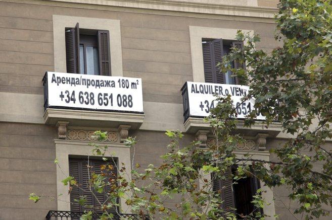 Un cartel de venta de un piso, en ruso.
