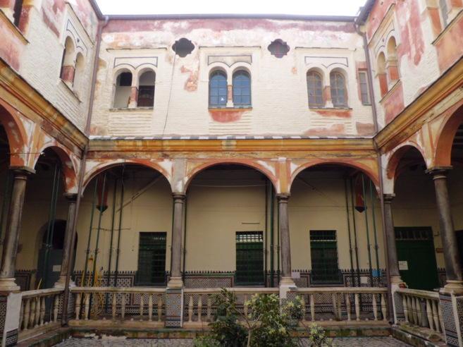 El patio de la Casa del Pumarejo, con los muros saneados para evitar...
