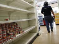 Estantería casi vacía de un supermercado de Caracas.