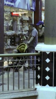 De Juana Chaos pasea por un centro comercial venezolano.