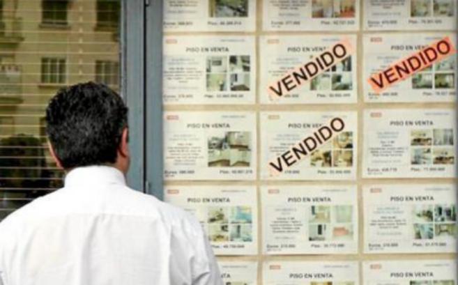 Imagen de archivo del escaparate de una agencia inmobiliaria con...