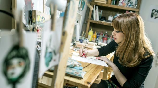 La ilustradora Paula Bonet en su taller.