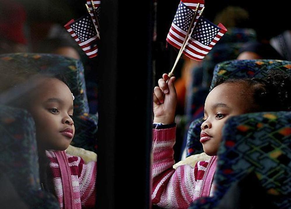 Una niña negra durante una caravana electoral de Obama por Alabama.