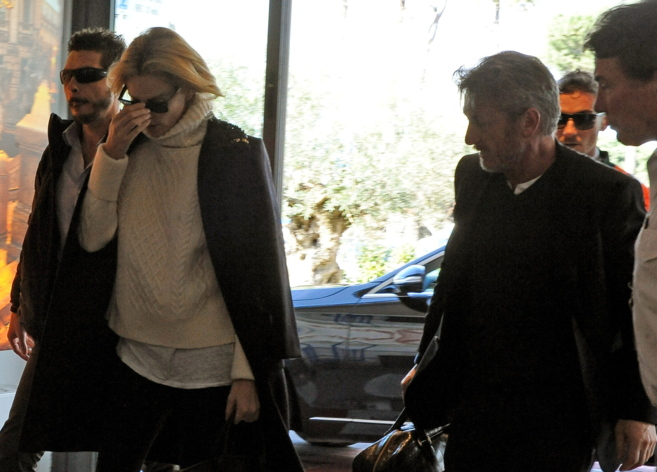 Los actores Charlize Theron y Sean Penn, en el aeropuerto tratando de...