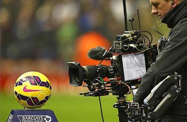 Un balón de la Premier, enfocado por una cámara.