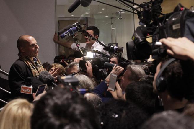 El ministro de Finanzas griego, Yanis Varufakis, responde a la prensa.