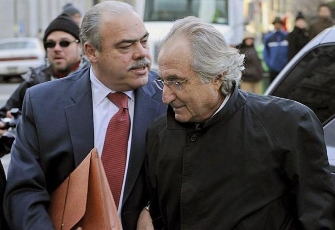 El financiero estadounidense Bernard Madoff (dcha) llega a la Corte...