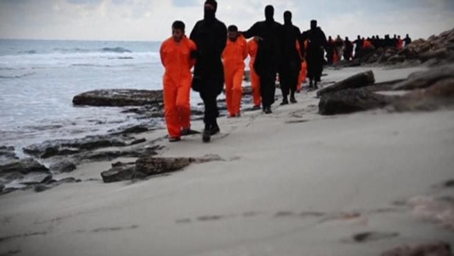 Captura del vídeo difundido por el IS en el que muestra a rehenes...