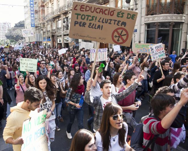 Protesta estudiantil por las calles del centro de Valencia contra los...