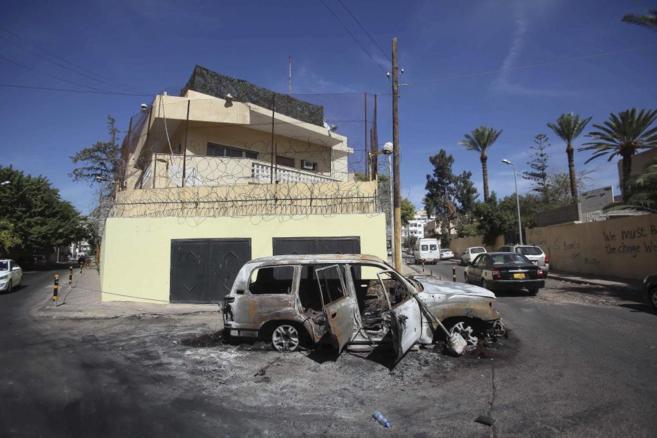 Fachada de la embajada rusa tras su asalto en Trípoli, Libia.
