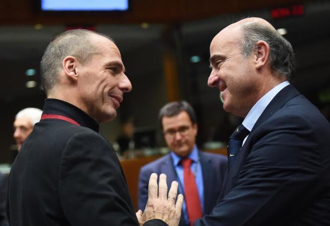 El ministro de Finanzas heleno, Yanis Varufakis, habla con el ministro...
