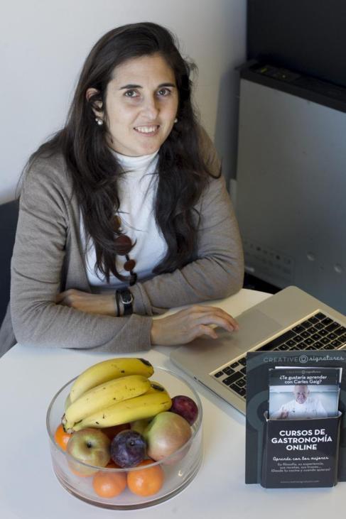 Maria Parareda, fundadora de Creative Signatures, con uno de los...