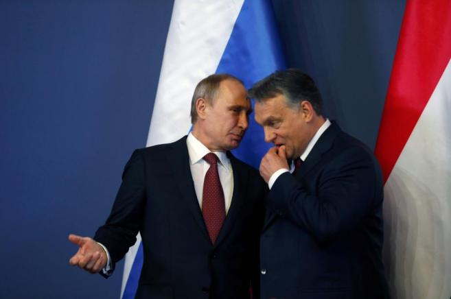 Los presidentes de Rusia y Hungría conversan durante su encuentro en...