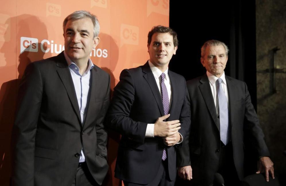 Albert Rivera, con Luis Garicano (i) y Manuel Conthe (d).