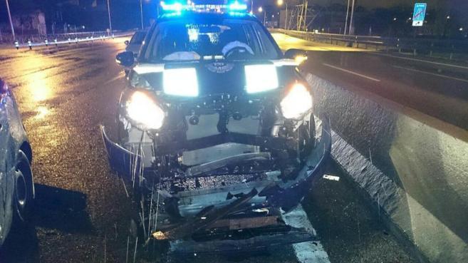 Estado en el que quedó el coche de la Policía Municipal tras el...