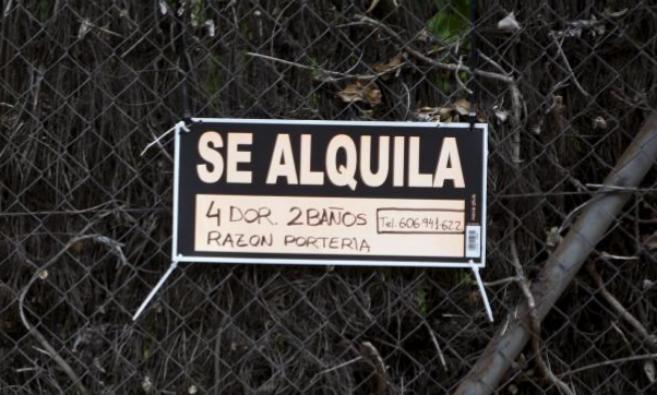 Imagen de archivo de un cartel de 'Se alquila' colgado en la...