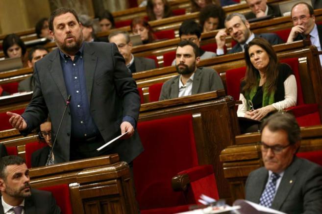 Junqueras se dirige a Mas durante la sesión de control del Parlament.