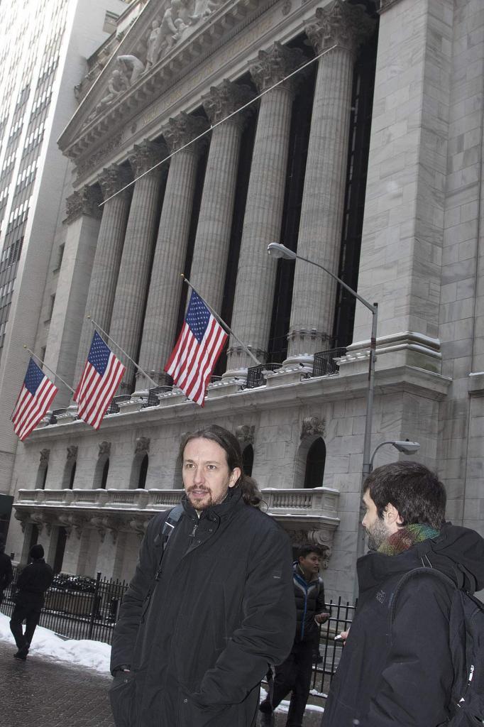 Pablo Iglesias, frente a la Bolsa de Nueva York en Wall Street.