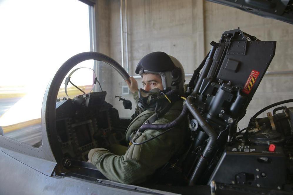 Un piloto español sube a uno de los cuatro Eurofighter desplegados...
