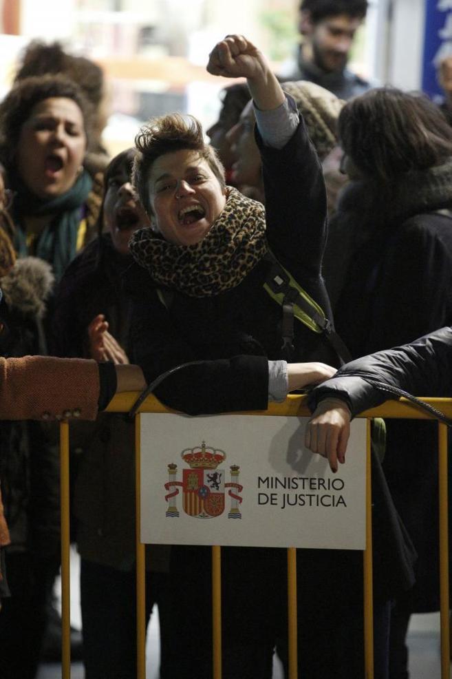 Un centenar de personas protestó anoche frente al Ministerio de...