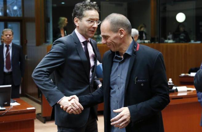 El presidente del Eurogrupo (izda.) y el ministro de Finanzas griego...