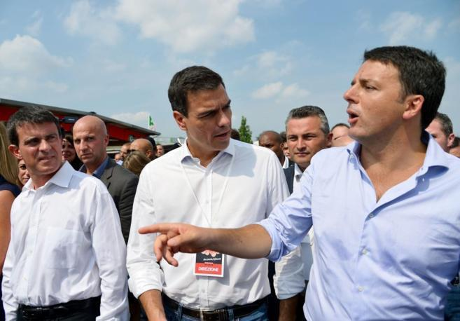 De izqda. a dcha., Manuel Valls, Pedro Sánchez y Matteo Renzi en...