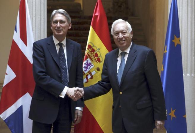José Manuel García-Margallo (d), y su homólogo británico, Philip...