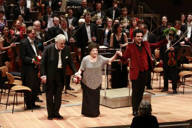 Plácido Domingo al final de su concierto con Lucero Tena y Rolando...