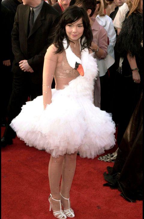 La cantante Björk y su 'vestido cisne' dieron la vuelta al mundo en...