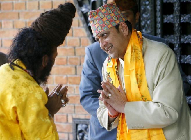 El ex soberano de Nepal, Gyanendra Sha, saludado por un fiel hindú...