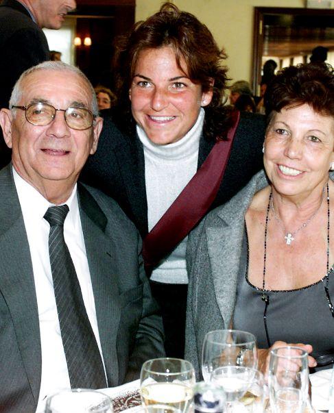 Sánchez Vicario, con sus padres en una imagen de archivo.