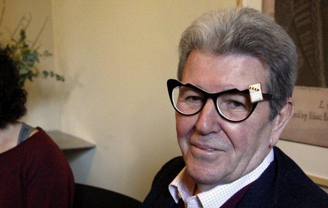 Jorge Herralde luce el Premi Ressenya (las gafas) de la Associació de...
