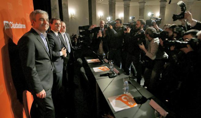 L. Garicano (izqda.), A. Rivera (centro) y M. Conthe (dcha.) en la...