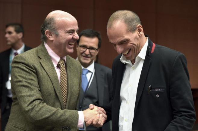 El ministro Guindos saluda a su homólogo griego en la reunión del...