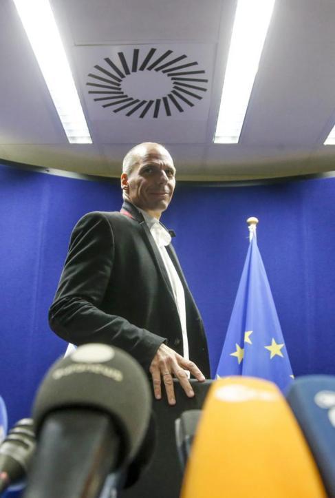 El ministro griego de finanzas atiende a la prensa tras el Eurogrupo.