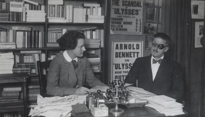 Sylvia Beach y James Joyce, en una oficina de París.