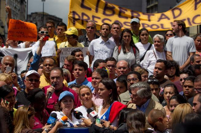Manifestación, ayer, contra la detención de Antonio Ledezma. Abajo,...