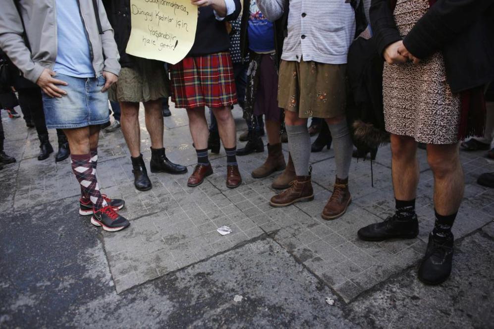 Un grupo de hombres con falda, que han participado en la marcha de...