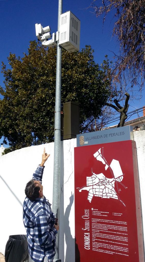 Un concejal del PP señala el radar colocado en Villanueva.
