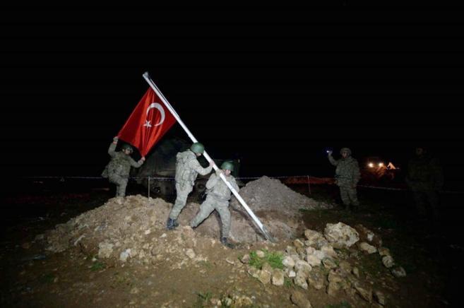 Soldados colocan una bandera turca en el lugar donde se encontraba la...
