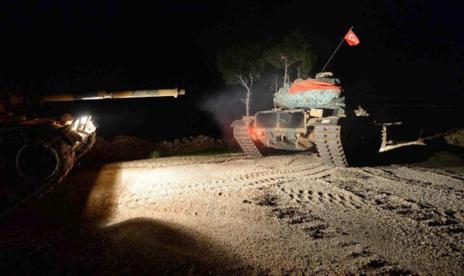 Tanques turcos durante la operación en territorio sirio.