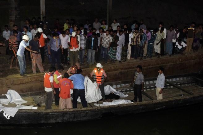 Trabajadores de los servicios de rescate trasladan a los fallecidos en...