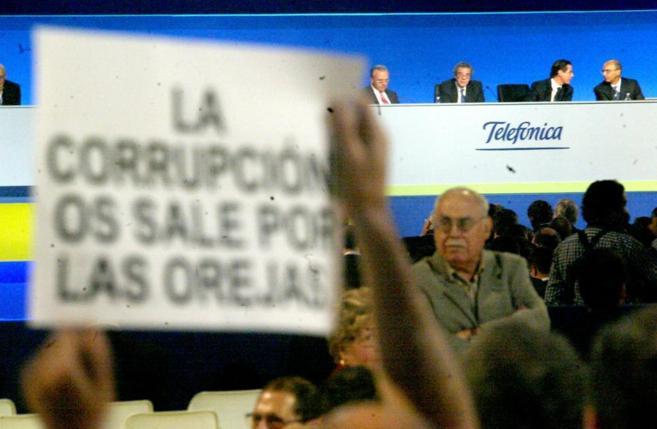 Protestas en la junta de accionistas que aprobó la fusión de Terra...